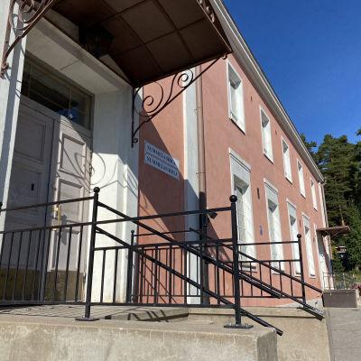 Nummela skola finns i en rosa stenbyggnad, som härstammar från 1930.