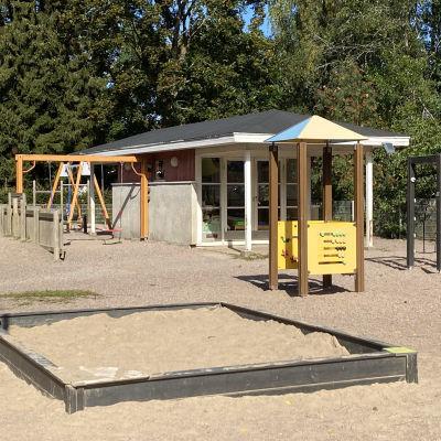 Daghemmet Aleksandra erbjuder många möjligheter till lek och rörelse på gården.