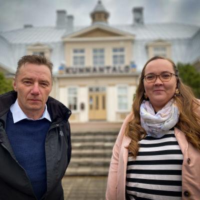 Linda Lähdeniemi ja Ari Prihti kunnantalon edessä