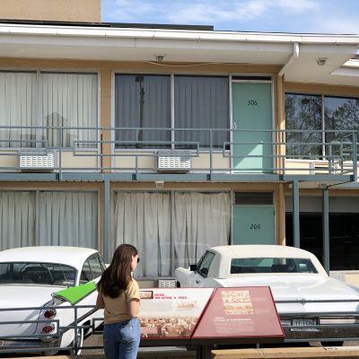 På balkongen utanför hotellrum 306 sköts Martin Luther King ihjäl. Utanför står hans bilar kvar. Platsen besöks av tusentals turister.