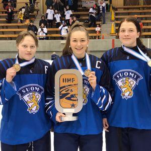 Viivi Vainikka, Nelli Laitinen och Emilia Vesa med medaljen runt halsen