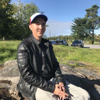 Dennis Grönroos studerar specialpedagogik på Åbo Akademi i Vasa.