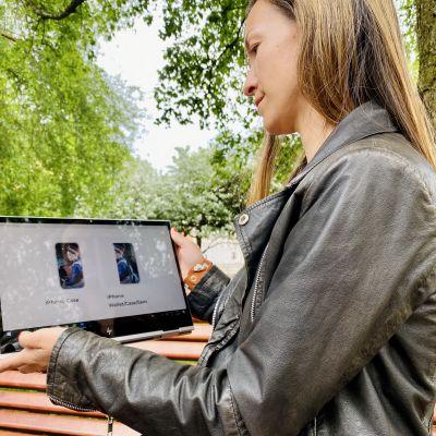 Laura Feodoroff katselee tietokoneen näytöltä amerikkalaisverkkokaupasta löytämiään tuotteita, joissa on käytetty hänen edesmenneen isoäitinsä kuvia.