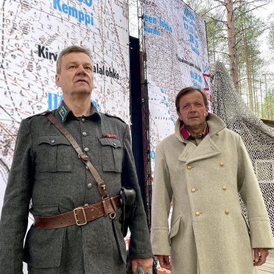 Suomussalmella esitettävän Taipaleenjoki-oopperan oopperalaulajat Jaakko Kortekangas ja Jyrki Anttila oopperan lavasteissa.