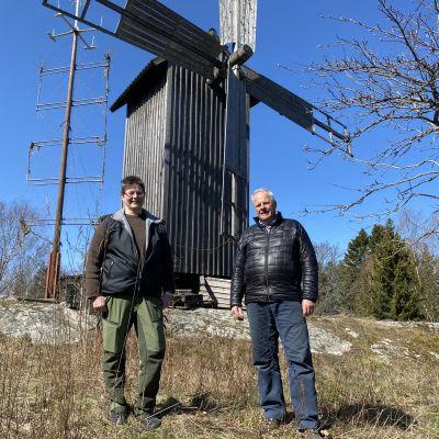 Kvinna och man vid en väderkvarn på Houtskär.