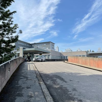 Kainuun keskussairaalan vanha sisäänkäynti autokaistan yläpäässä.