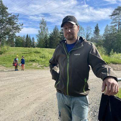 Kajaanilainen frisbeegolfin puuhamies Juho Heikkinen Vimpelin frisbeegolf-radalla.