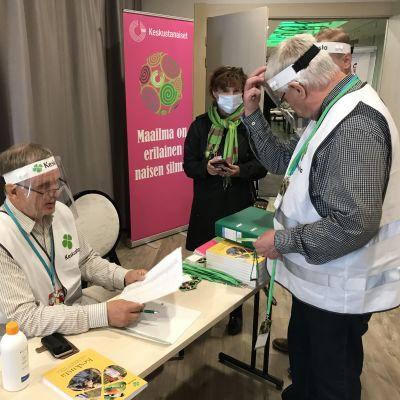 Keskustan puoluekokouksen etäkokous alkamassa Rovaniemellä 4.9.2020. Toimitsijoina Pekka Lehto ja Heikki Salmi.