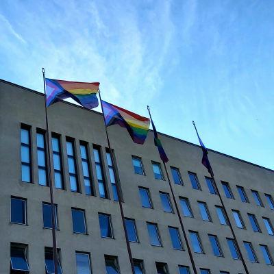 Kotkan kaupungintalon edustalla liehuu pride-liput.