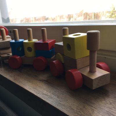 Ett leksakståg på ett fönsterbräde.