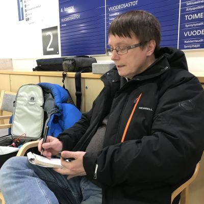 Norjalainen toimittaja Dan Robert Larsen Lapin keskussairaalassa