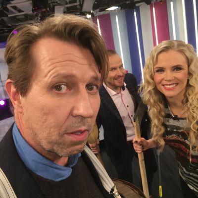 Näyttelijä Martti Suosalo Puoli seitsemän studiossa juontajien Mikko Kekäläisen ja Susanna Laineen kanssa