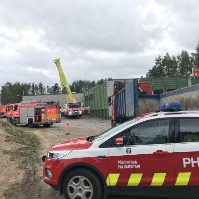 Pelastuslaitoksen yksiköitä tulipalopaikalla Heinolan Kauppahalleilla.