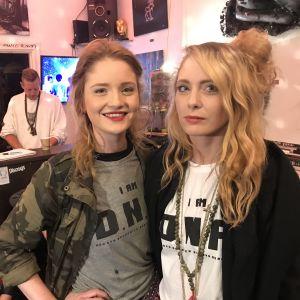 Porträttbild på Amanda Ekberg och Julia Ekberg. Bägge har t-skjortor med texten D.N.A.