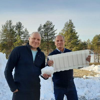 Kalle Palander ja Mikko Martikainen seisovat ulkona lumikasan edessä.