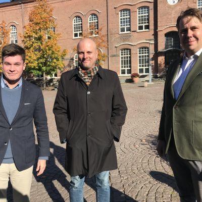 Kolme poliitikko aurinkoisena päivänä Tampereella.