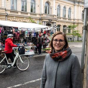 Sanna Päivärinta utanför stadshuset i Borgå.
