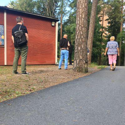Människor står och väntar för att få coronatesta sig i Kråkkärret i Åbo.