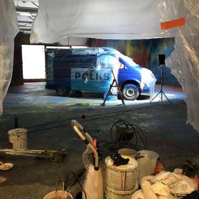 Taidenäyttelyä rakennetaan kauppakeskukseen.