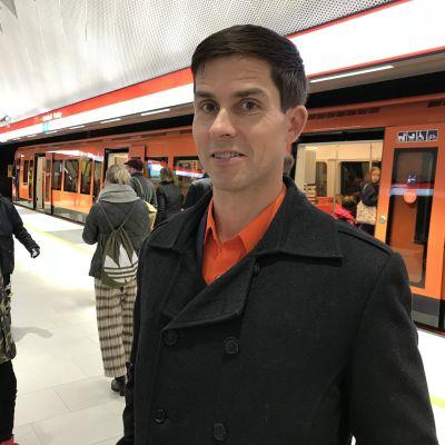Ville Lehmuskoski i orange skjorta den 18.11.