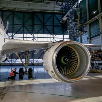 Finnairin matkustajakone huollossa, lentokonemekaanikko Jarkko Tapanimäki huoltaa