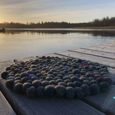 ett tovat sittunderlag på bryggan i vintersol