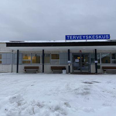 Alajärven terveyskeskuksen sisäänkäynti talvella.