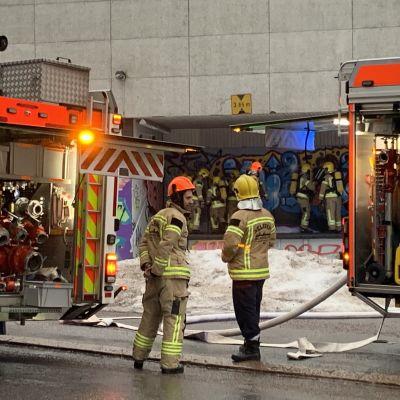 Tulipalo Haagassa Orapihlajatien ja Aino Acktén tien risteyksessä.
