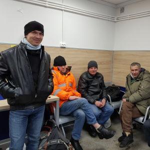 Bostadslösa i ett väntrum på ett härbärge.