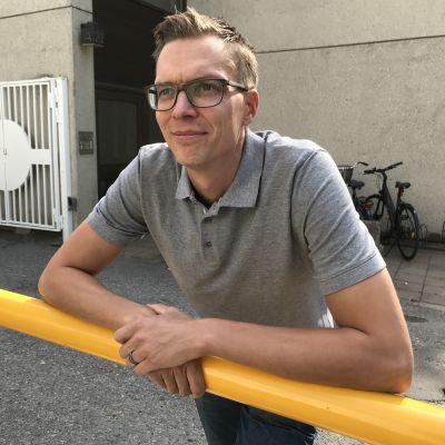 Pekka Heiskanen nojailee aitaan.