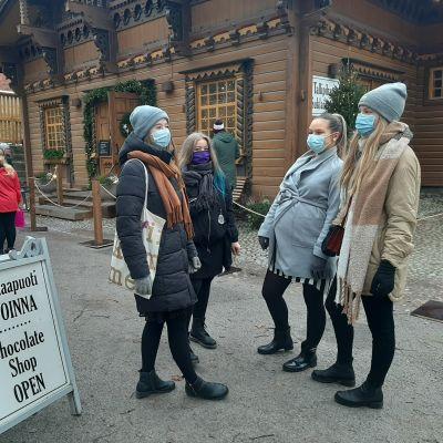 Neljä naista Tallipihan suklaapuodin edustalla