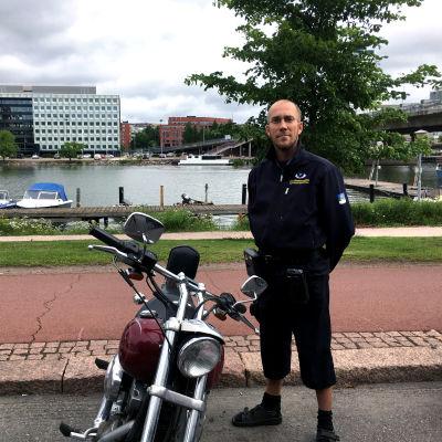 Parkeringsövervakare Patrick Wikblad kontrollerar om en motorcykel har parkerat rätt - och det har den.