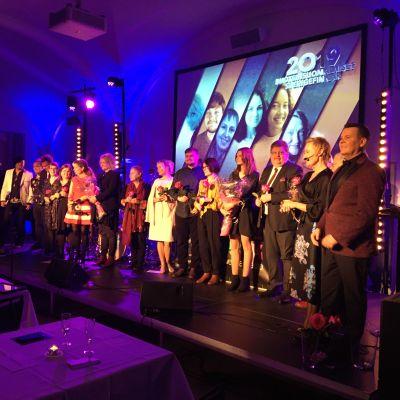 Vinnarna och de prisnominerade på rad på scenen på Finlandsinstitutet i Stockholm.