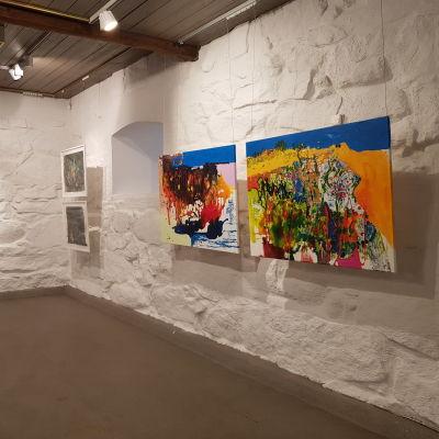 Ulla Remeksen taidetta seinällä.