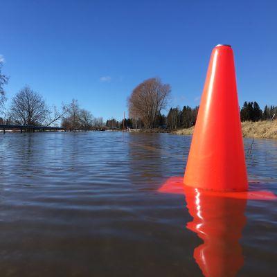 Tulvavesi noussut tielle Kyrönjoella 31.3.2021