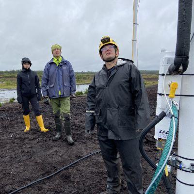 Tutkijoita turvesuolle rakennetulla mittauspisteellä Etelä-Pohjanmaan Soinissa.