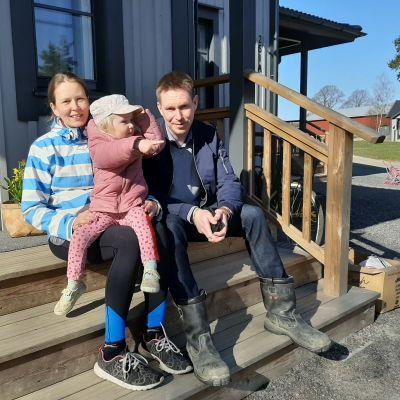 Johan och Jannike Grönqvist på hemtrappan vid Rullarsböle gård i Snappertuna. Yngsta dottern är hemma med mamma.