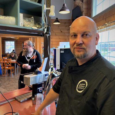 Huipulla-ravintolan yrittäjä Vesa Luhtala seisoo kassalla.