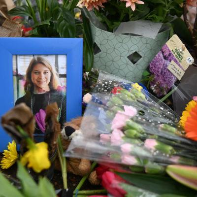 Sarah Everardin valokuva kukkien keskellä.