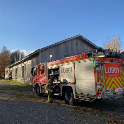 En brandbil utanför ett hus.