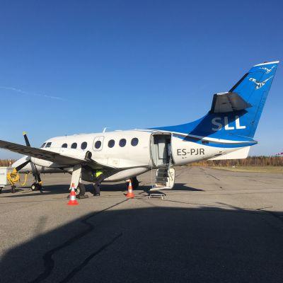 Transaviabaltikan matkustajakone Savonlinnan lentoasemalla.