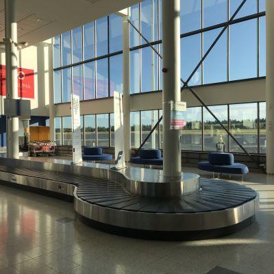 Kuopion lentoaseman matkalaukkuhihna ja tuloaula tyhjillään