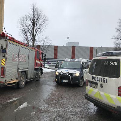 Kerrostalon sisälpihalla poliisiautoja ja paloauto