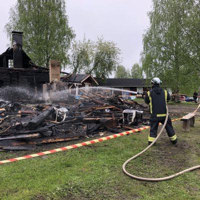 Pelastaja sammuttaa tulipaloa.