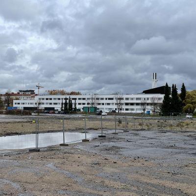 Tyhjä tontti odottamassa rakentamista Seinäjoen Kirkkokadulla, takana virastotalo ja Lakeuden risti.