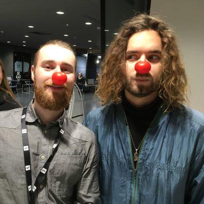 Reporter Christoffer Kaski och artisten Paul Uotila med röda näsor.