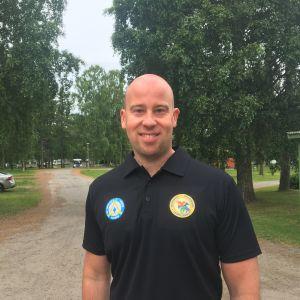 Parkchef Tuomas Luukkonen ute i grönskan vid Top Camping i Vasa.
