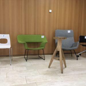 En rad av stolar i olika färger och former.