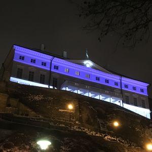 Stenbockska huset upplyst i Estlands färger.
