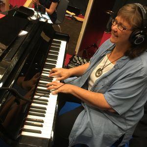 Soili Perkiö soittaa pianoa.